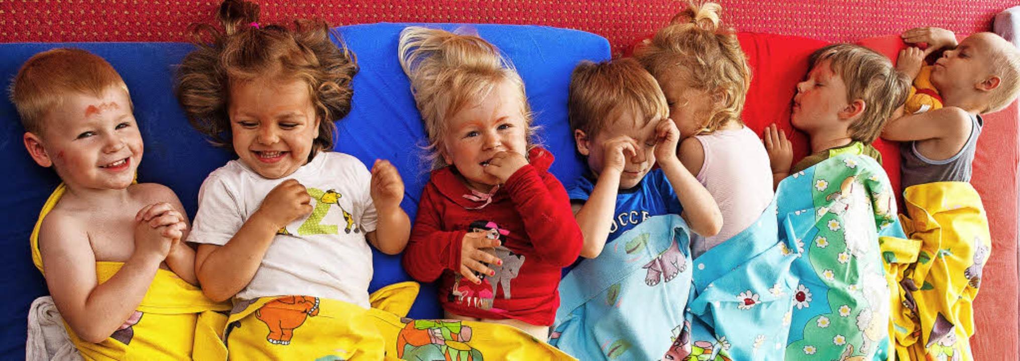 Kuscheln und kichern im Kindergarten: ...etten von September an mehr bezahlen.     Foto: dpa