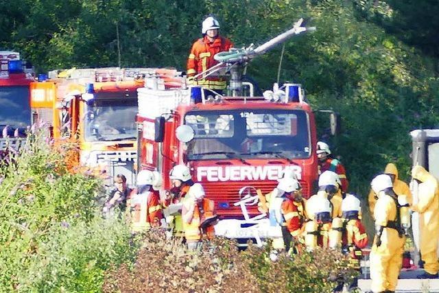 Feuerwehr schließt Leck an Kesselwagen am Rangierbahnhof