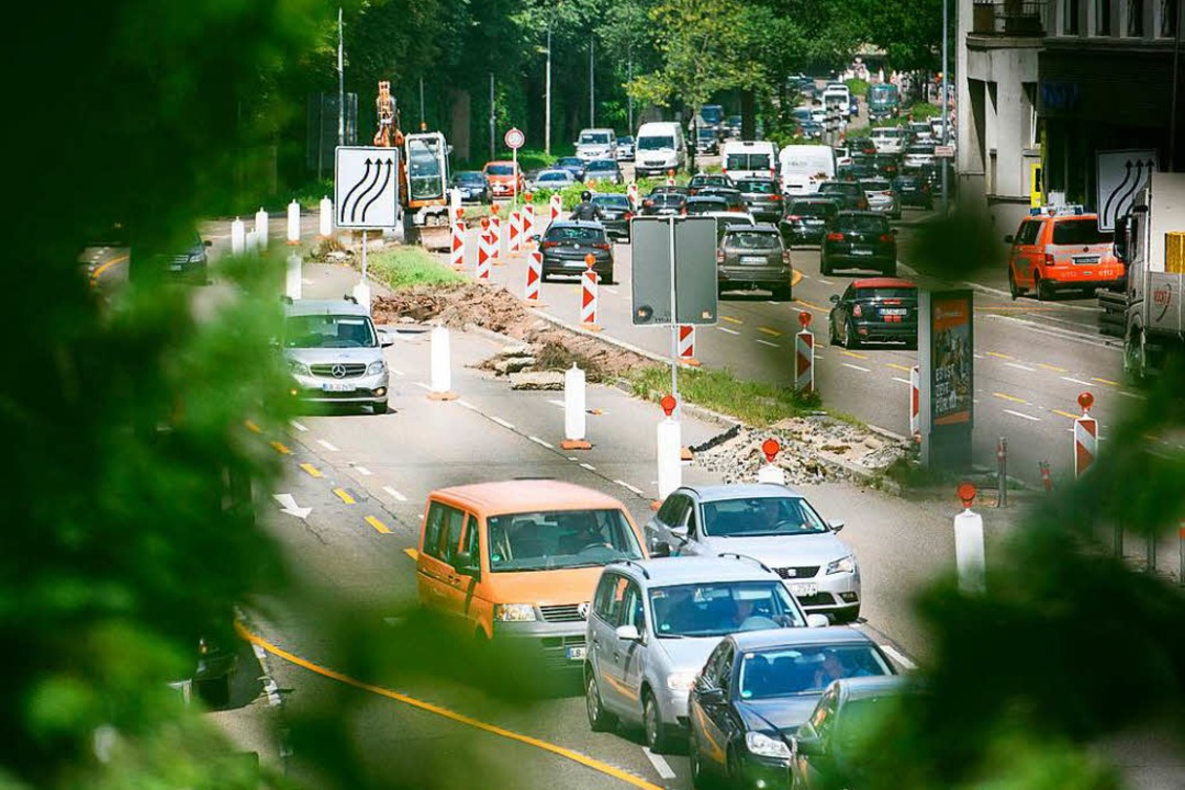 Autos wie hier am Neckartor in Stuttga... Anfang 2019 nicht mehr fahren dürfen.  | Foto: dpa