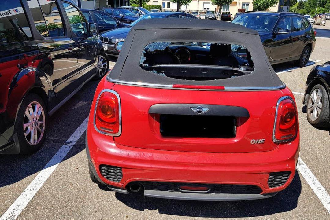 Ein Gegenstand zertrümmerte die komplette Heckscheibe des Autos.  | Foto: Privat