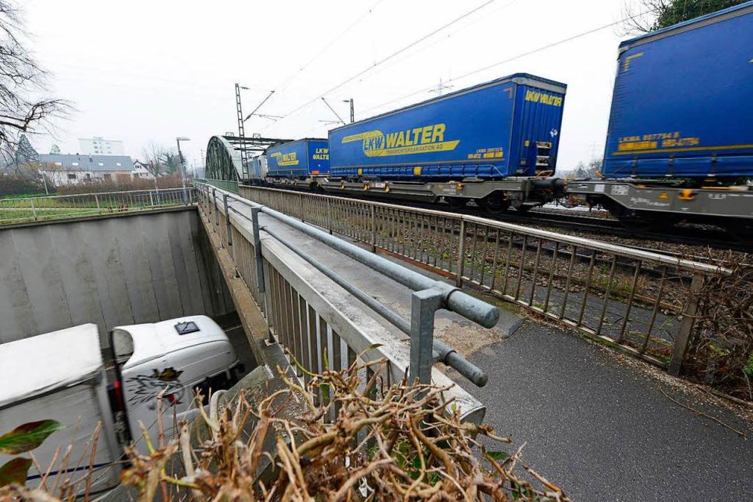 Zwischen Gleisbett und Brückenkante liegen mindestens zwei Meter.  | Foto: Ingo Schneider