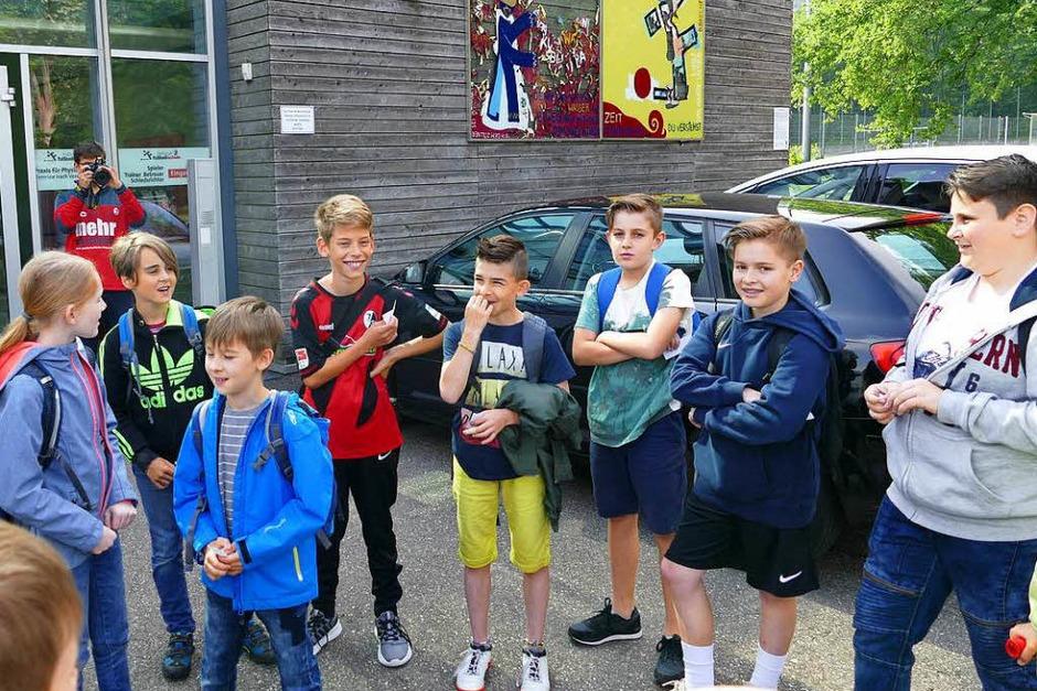 Treffpunkt vor der Fußballschule: Interessiert hörte die Klasse 4a Manuel Dick vom SC Freiburg beim Erklären zu. (Foto: Sophia Zorn)