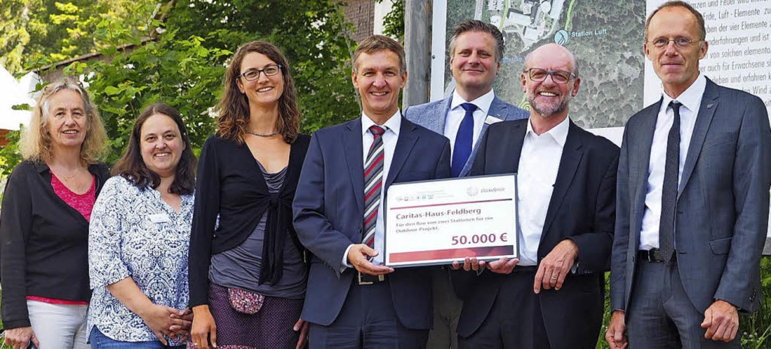 Freuen sich über die Finanzspritze (vo...) und Chefarzt Dr. Hansjörg Schmelzle.  | Foto: Susanne Gilg