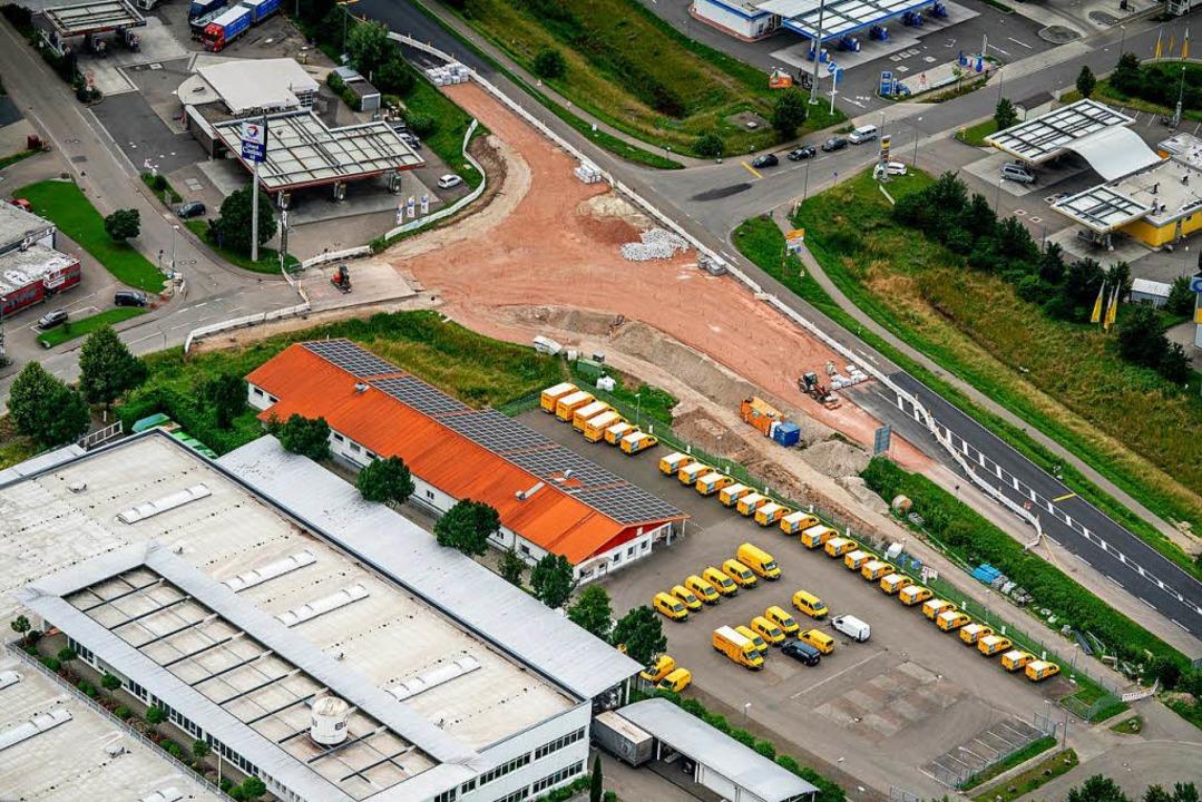 Die Kreisel-Baustelle beim Autobahnzub...erger Kommunalpolitiker ein Ärgernis.   | Foto: Martin Bildstein