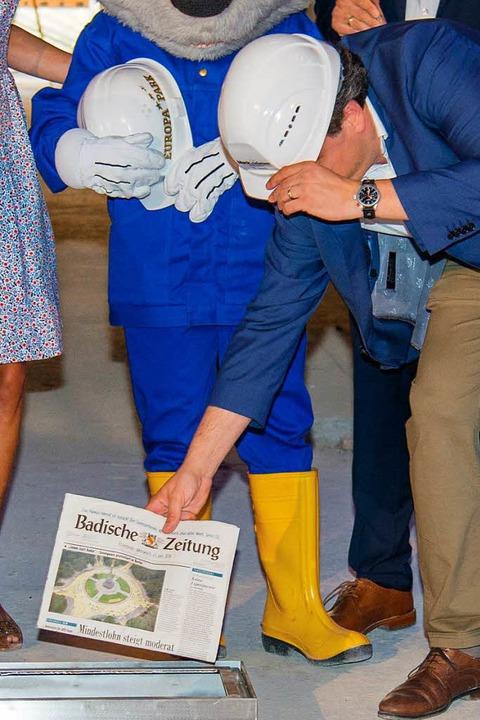 Michael Mack gibt eine BZ in die Grundsteinkassette.    Foto: Olaf Michel