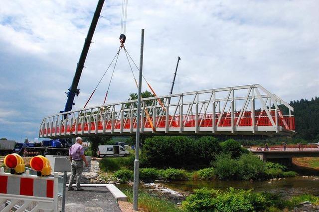 Die neue Radwegbrücke bei Waldkirch ist da