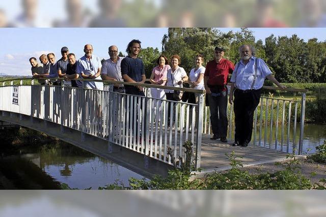 Eine neue Brücke führt über die Elz