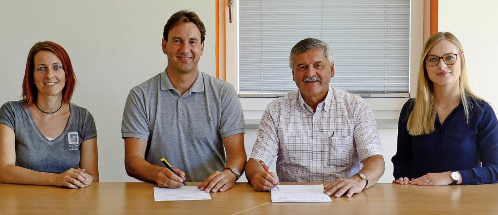 Beim Unterzeichnen der Kooperationsver...andra Knittel von der der Firma Zipse     Foto: Ute Schöler
