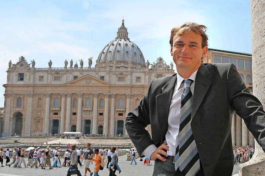 Andreas Englisch führt die BZ-Leserinn...Leser auch im Petersdom (Hintergrund).  | Foto: ©Riccardo Musacchio