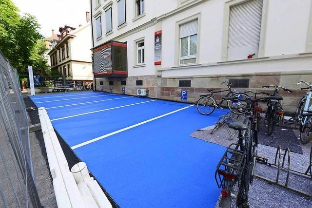 Video-Umfrage: Wie kommen die schlumpfblauen Parkplätze an?