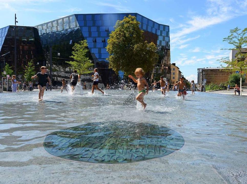 Ist der Brunnen auf dem Platz der Alte...oge zu beliebt für korrektes Gedenken?  | Foto: Rita Eggstein