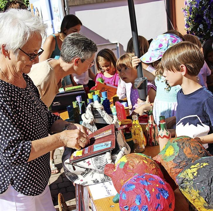 Auf dem Wochenmarkt verkauften die fle...vierten Erstklässler ihre Basteleien.   | Foto: Mario Schöneberg