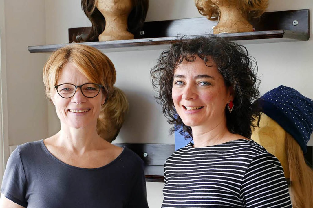 Andrea Blick und Susanna Piccarreta si...#8211; dazu gehört das Perückenmachen.  | Foto: Kathrin Ganter
