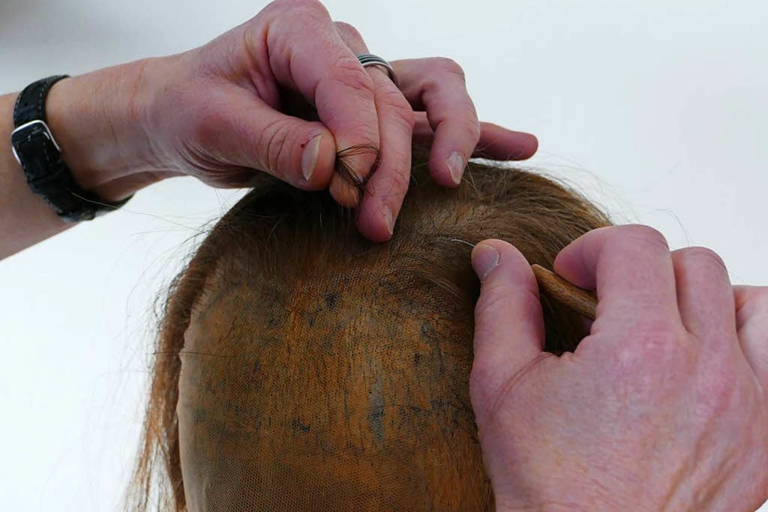 50 Stunden dauert es, die 200000 Haare...r sogenannten Montur eingeknüpft sind.  | Foto: Kathrin Ganter