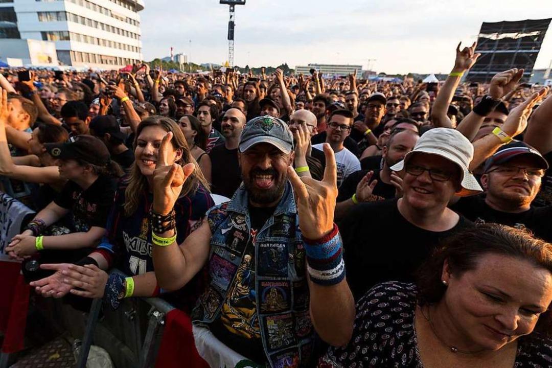 Heavy-Metal-Fans auf dem Messegelände  | Foto: Carlotta Huber