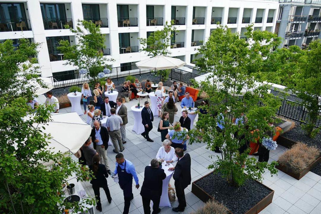 Auf der Terrasse feierte das Hotel Stadt Lörrach seinen ersten Geburtstag.  | Foto: Peter Gerigk