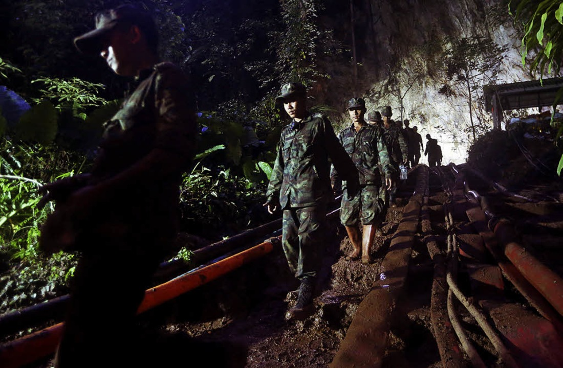 Eine  Suchmannschaft auf dem Weg ins Höhlensystem   | Foto: DPA