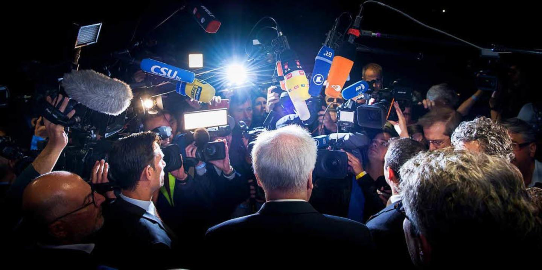 Zieht alle Aufmerksamkeit auf sich: Horst Seehofer (CSU)  | Foto: dpa