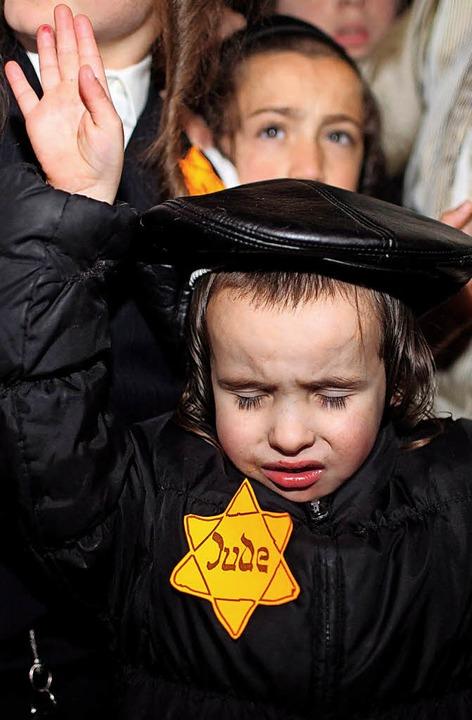 Auch heute gibt es immer wieder Anschl...sogenannten Judenstern tragen mussten.    Foto: dpa