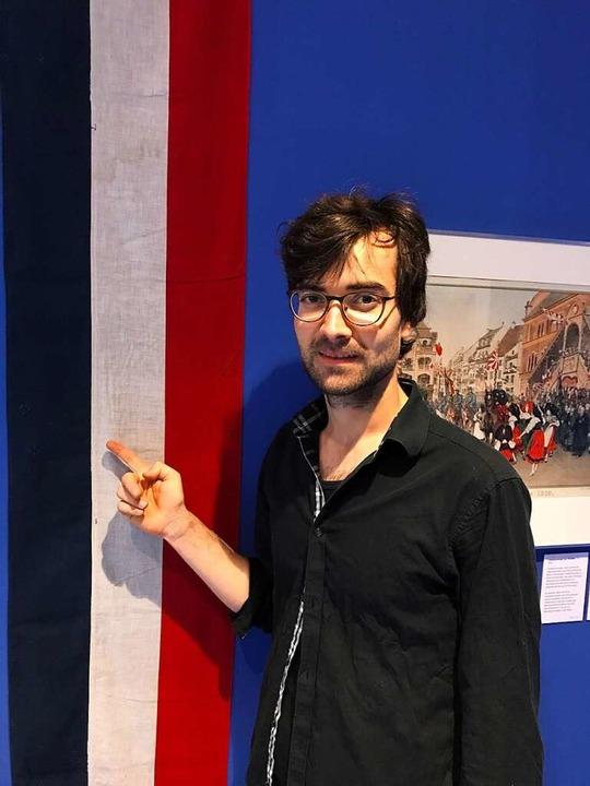 Ausstellungskurator Tobias Hebel zeigt...f eine besondere Geschichte hindeutet.  | Foto: Dorothee Soboll