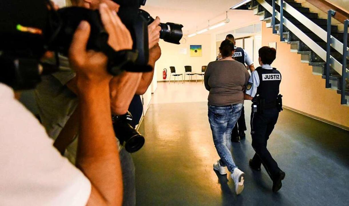 Die Angeklagte wird am ersten Verhandl...zbeamten aus dem Gerichtssaal geführt.  | Foto: dpa