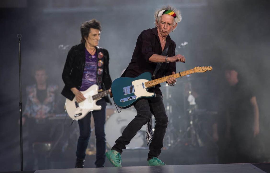 Die Stones-Gitarristen Ron Wood (l) und Keith Richards  | Foto: dpa