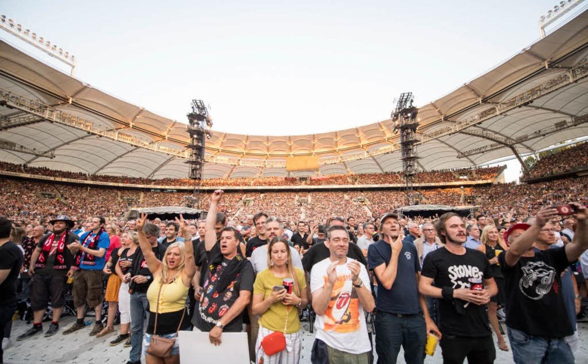 Konzertbesucher in der Mercedes Benz-Arena.  | Foto: dpa