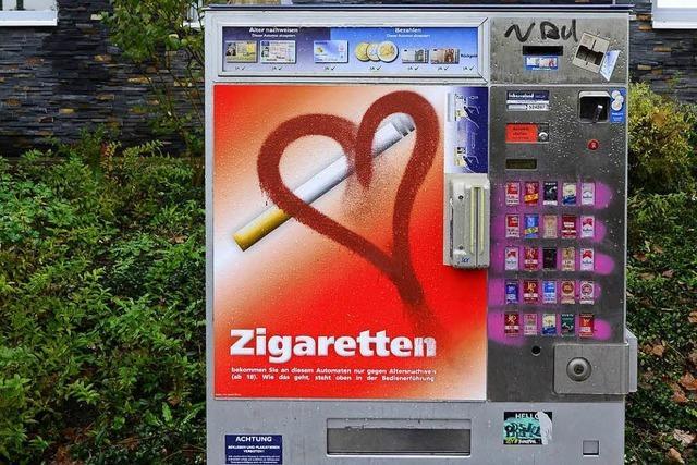 Drei Jugendliche wollen Zigarettenautomaten mit Brechstange knacken