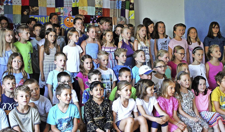 Schülerinnen, Schüler und das Schulteam geben alles beim Sonnenberglied.   | Foto: Jennifer Ruh