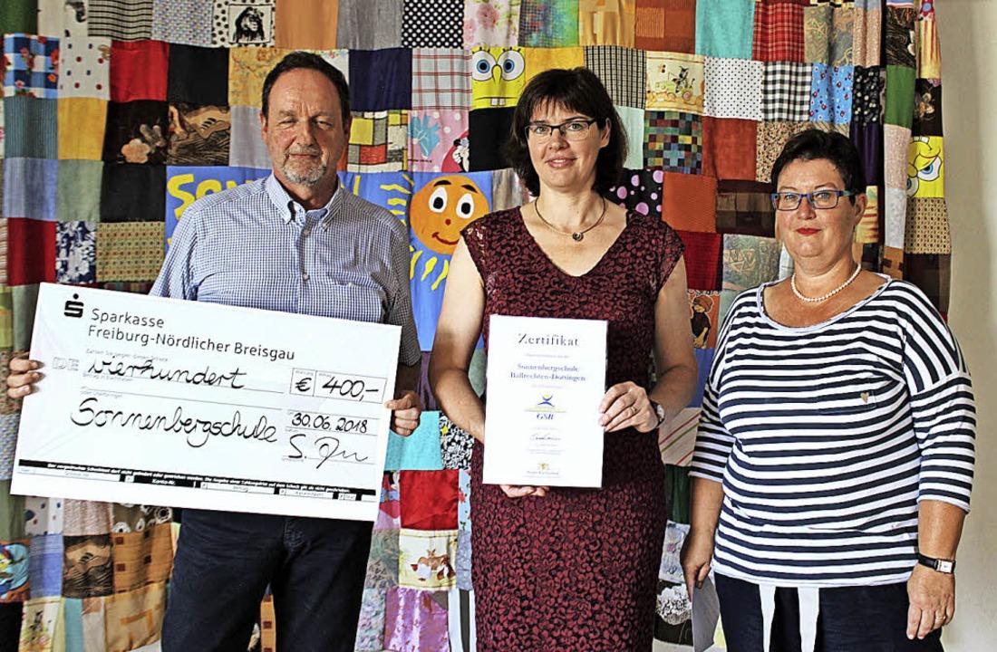 Stefan Zeis (AOK), Rektorin Monika Lan... Barbara Wunsch-Ramsperger (von links)  | Foto: Jennifer Ruh