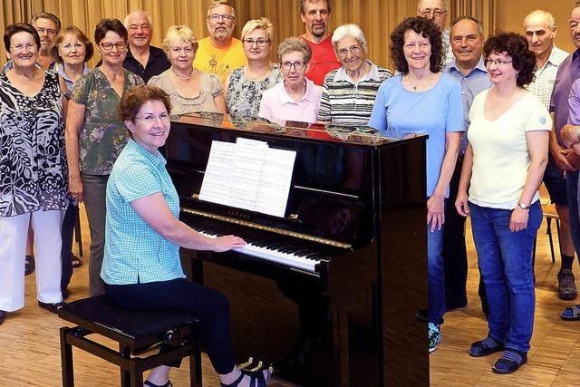Neues Klavier in der Willaringer Gemeindehalle