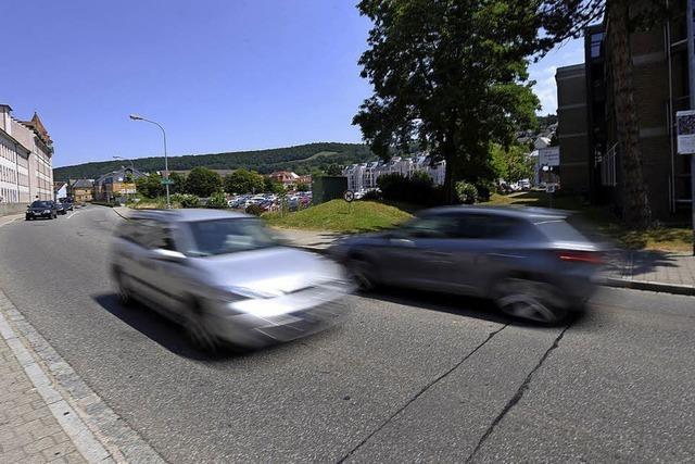 Baustellenverkehr rollt über Brombacher Straße
