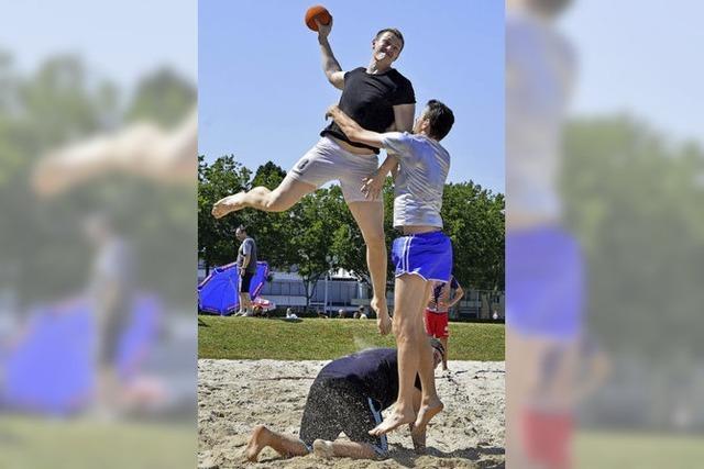 Handballer im Strandglück