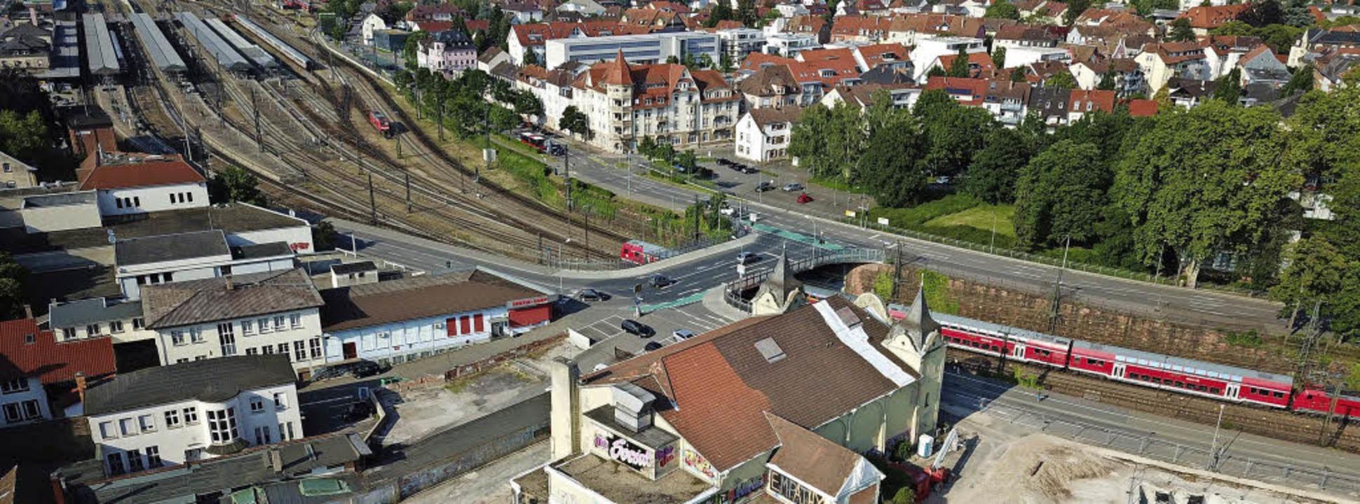 Blick über die alte Stadthalle und das...r in drei Abschnitten umgesetzt wird.     Foto: Michael Saurer