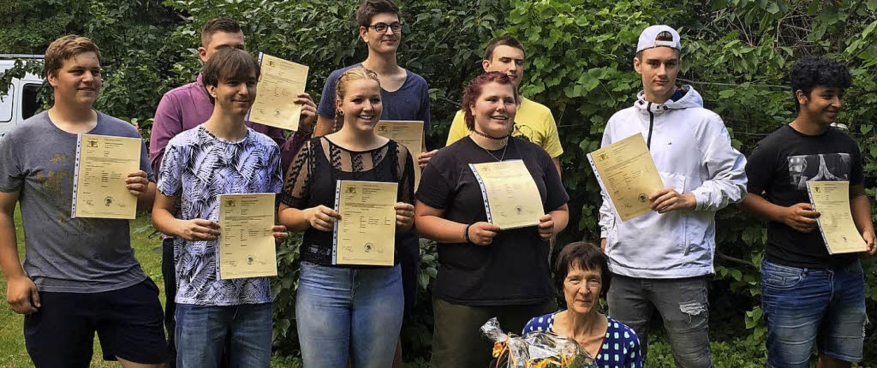 Die erfolgreichen Abschlussschüler der...rer Klassenlehrerin Sylvia Heinrich.    | Foto: Privat