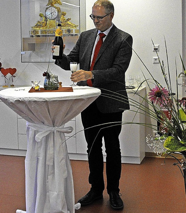 Mit einem guten Schluck auf die gut Entwicklung: Pfarrer Johannes Frische   | Foto: Susanne Müller