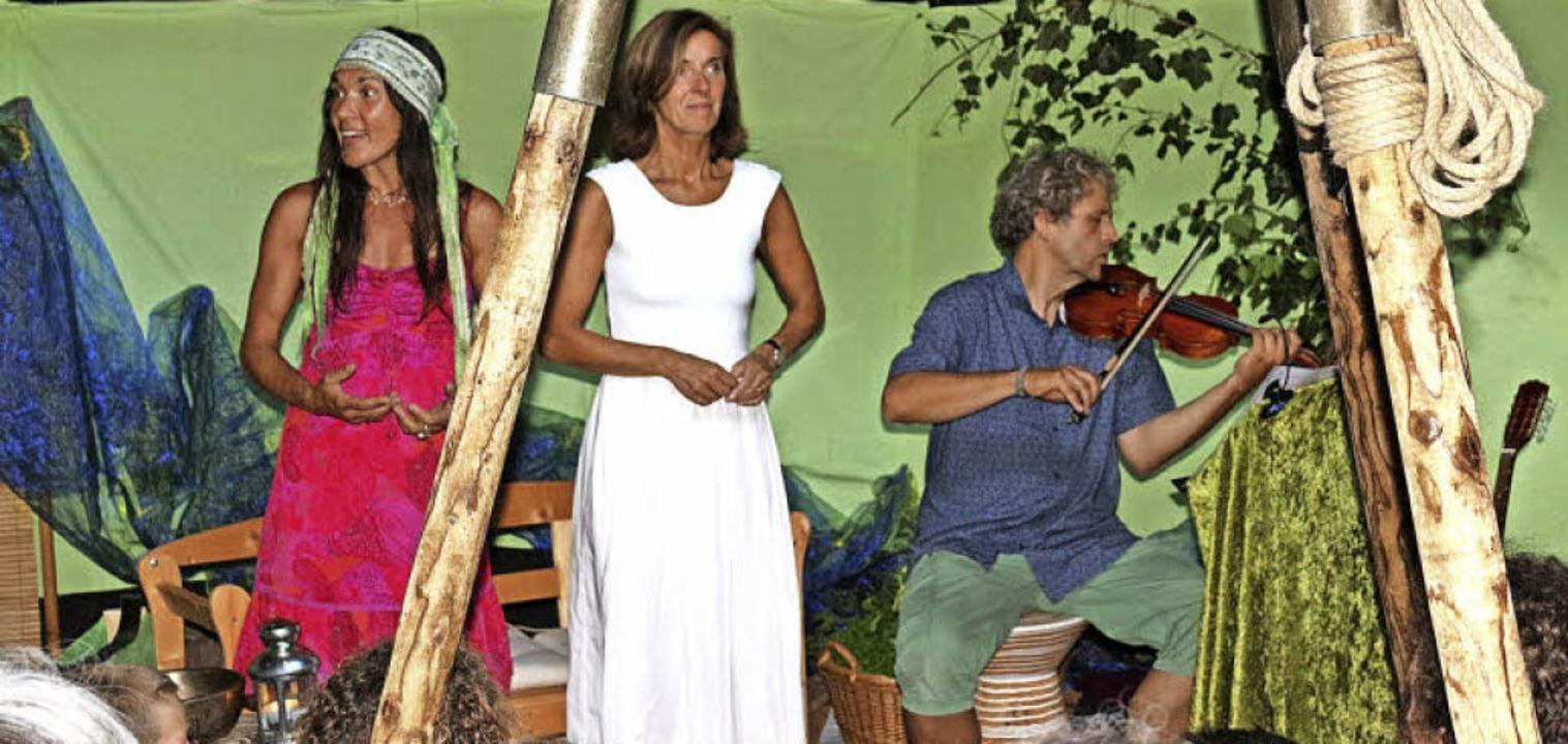 Im Zelt am Pavillon erzählten Jutta Sc...angetan, den Spannungsbogen zu halten.  | Foto: Karin Heiß