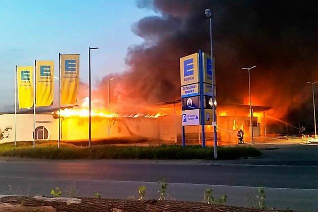 Edeka-Markt in Breisach brennt komplett ab – Straßensperrung aufgehoben