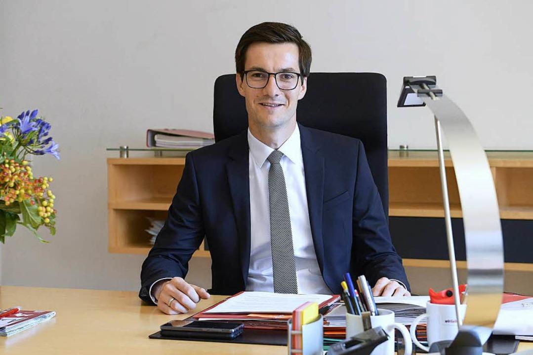 Erster Tag am neuen Schreibtisch: Martin Horn in seinem OB-Büro  | Foto: Ingo Schneider