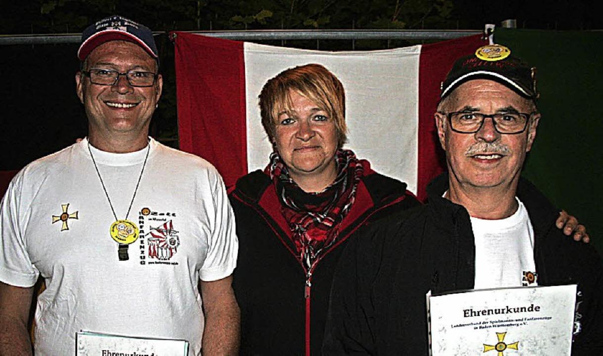 <BZ-FotoAnlauf>Fanfarenzug Zell:</BZ-F...s Musizieren der zwei Fanfarenzügler.     Foto: Verein