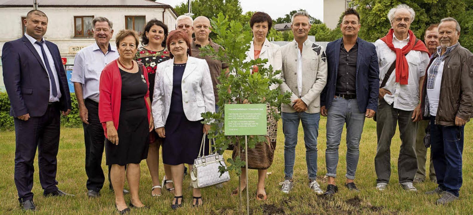 Gruppenfoto mit Amtsträgern aus Zbaraz... beim Pflanzen des Freundschaftsbaums.  | Foto: Privat