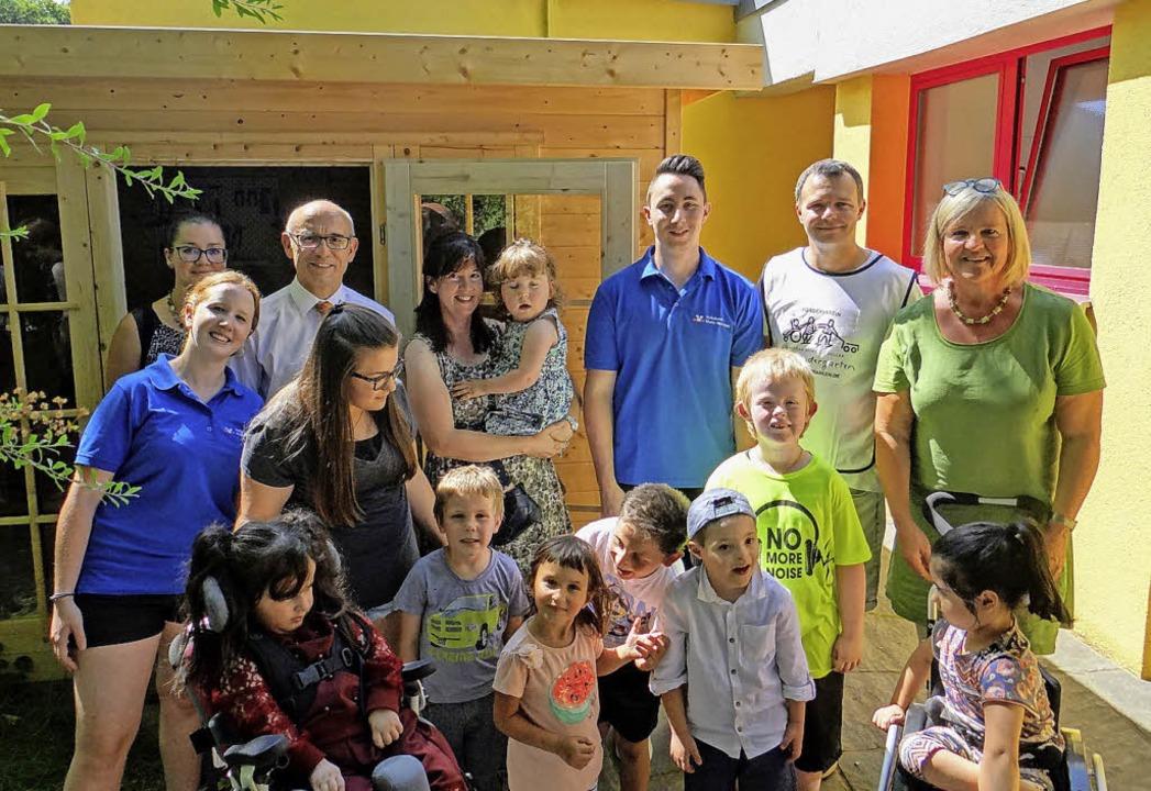 Die Kinder des Christian-Heinrich-Zell...en sich über das neue Gartenhäuschen.   | Foto: Volksbank