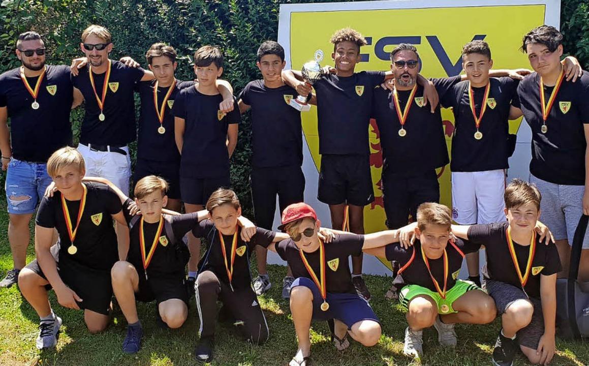 Im Feiermodus: die D-Junioren des FSV ...im Sperker (oben, Dritter von rechts)     Foto: Privat