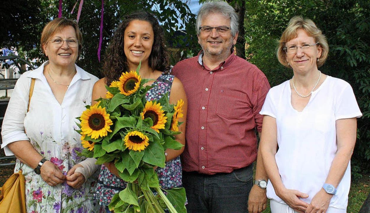 Blumen gab's von Barbara Walz vo...eile (Landratsamt) schlossen sich an.     Foto: Weniger