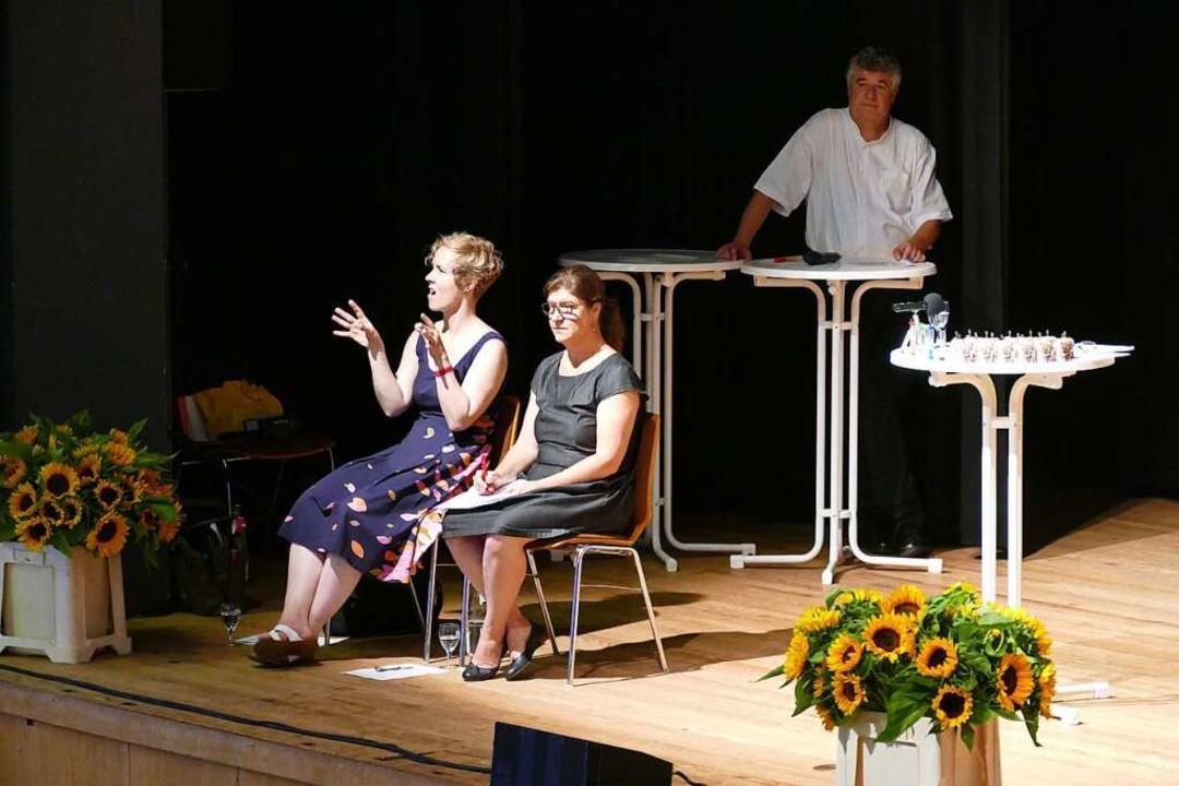 Gebärdendolmetscher, hinten Moderator Udo Wenzl  | Foto: Sylvia Sredniawa