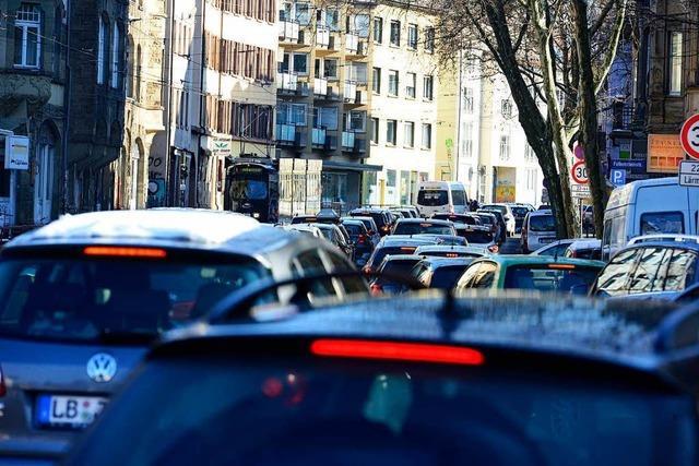 Lastwagen-Unfall verursacht Riesenstau in Freiburg