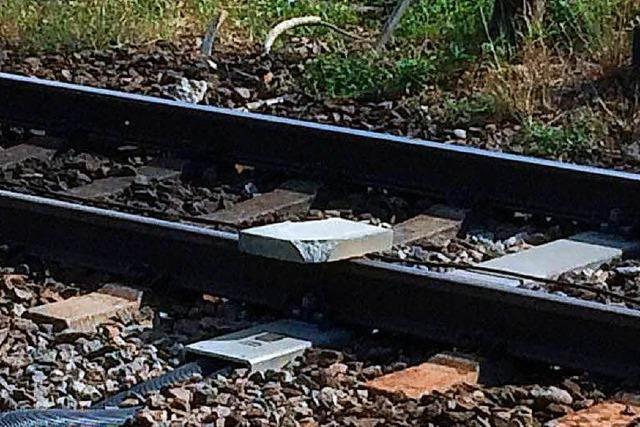 Unbekannte legen bei Lörrach eine Betonplatte auf die Gleise