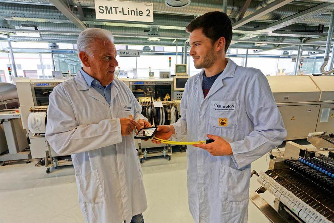 Zwei Innovationsführer vom Kaiserstuhl...lek im Gespräch mit einem Mitarbeiter.  | Foto: Martin Wendel