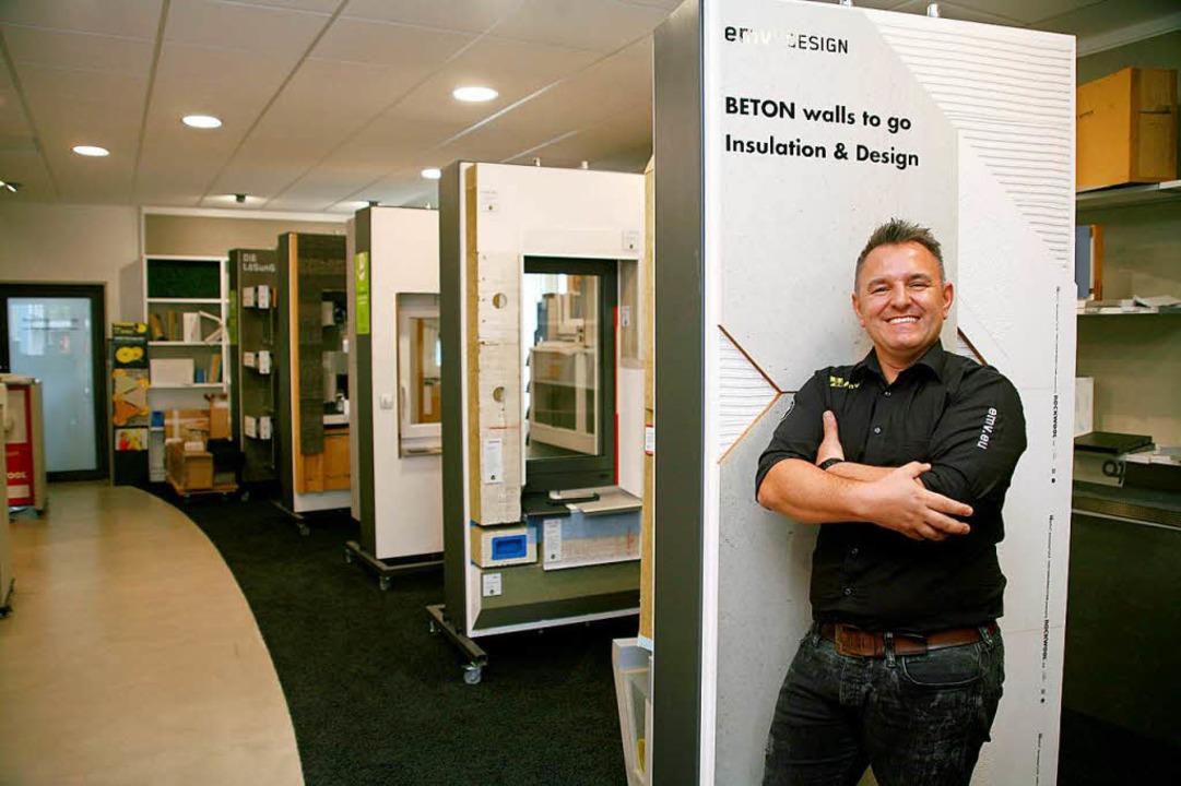 EMV-Gründer Dirk Giessler  vor seinen innovativen Fassadenbauprodukten.  | Foto: Martin Wendel