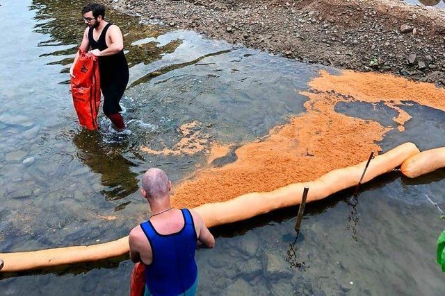 Baggerunfall mit Öl in der Elz sorgt für aufwändigen Einsatz